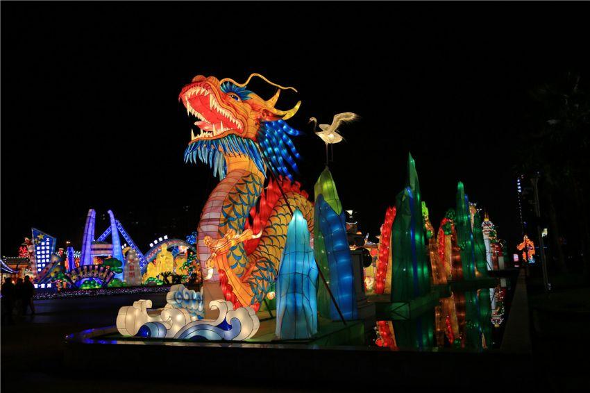 迪诺水镇灯展:龙傲九天