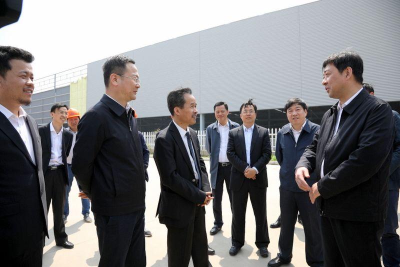 1——图为常州市委书记汪泉(右一)在国茂股份西部厂区项目工地对国茂劳动者鼓劲加油.JPG