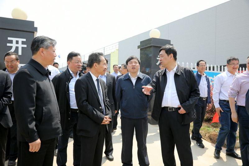 2——图为常州市委书记汪泉在国茂股份西部厂区项目工地对国茂劳动者鼓劲加油.JPG