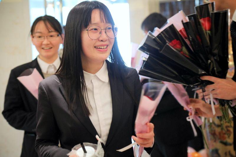 10——图为国茂女员工在企业欢庆三八女神节.JPG