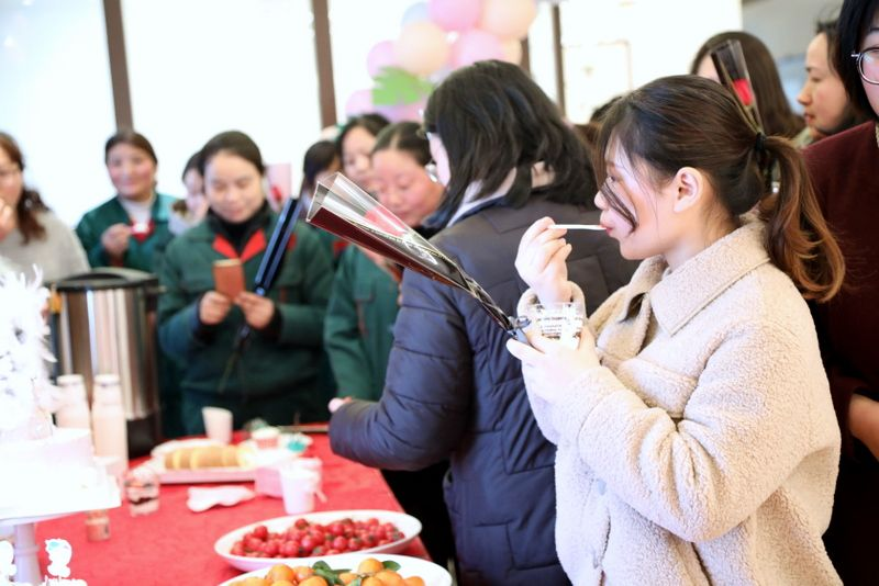 11——图为国茂女员工在企业欢庆三八女神节.JPG