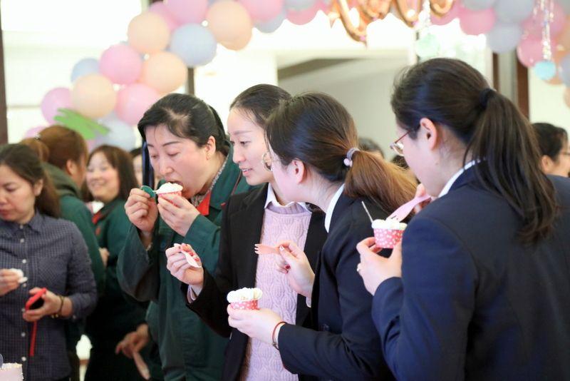 12——图为国茂女员工在企业欢庆三八女神节.JPG