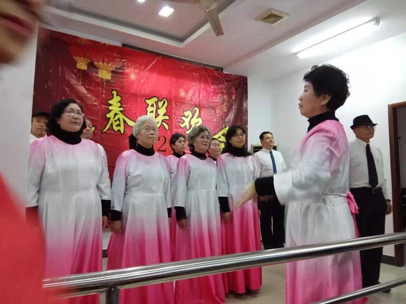 1-张红霞指挥大合唱.jpg