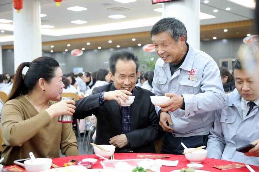 1——1——徐董事长、沈总和生产运营系统的员工一起吃年夜饭.JPG