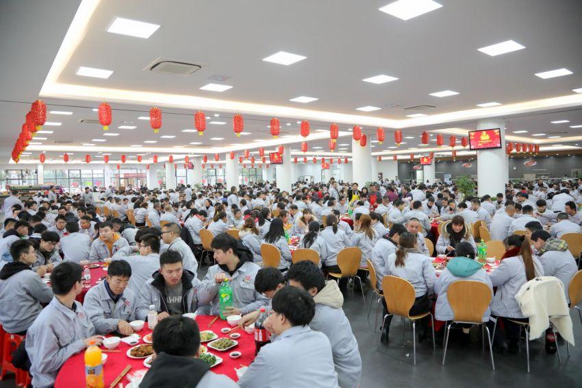 2——1——在公司新餐厅欢欢喜喜吃年夜饭,家的感觉真好!.JPG