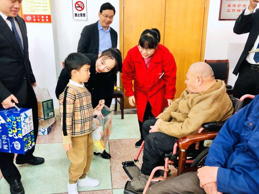 3——图为徐彬总经理长子也在现场慰问夕阳红老人.JPG