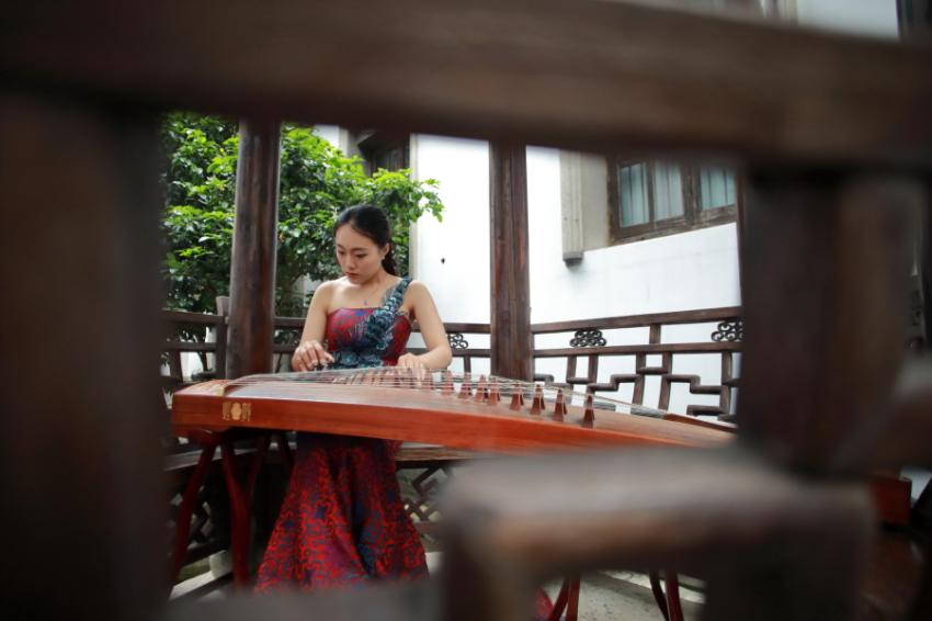 琴声悠扬老城厢(南艺古筝系的大学生蔡紫依在民元里演奏)+王汇廉.JPG