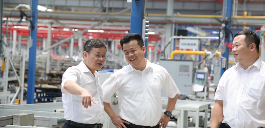 3——1——图为徐彬总裁巡查西厂区各项建设.png