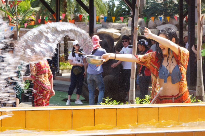 水的狂欢 泼水 泰国.JPG