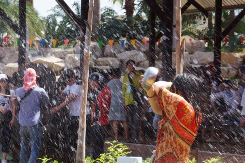 水的狂欢 泼水节 泰国.JPG