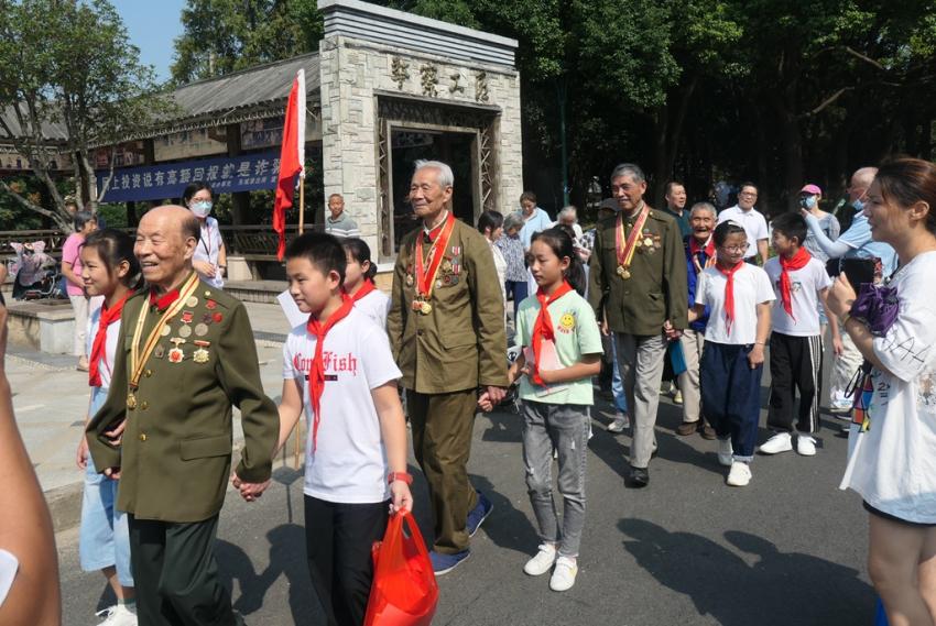 2.再来到名仕家园爱国主义教育长廊参观抗战老兵图片 (1).JPG