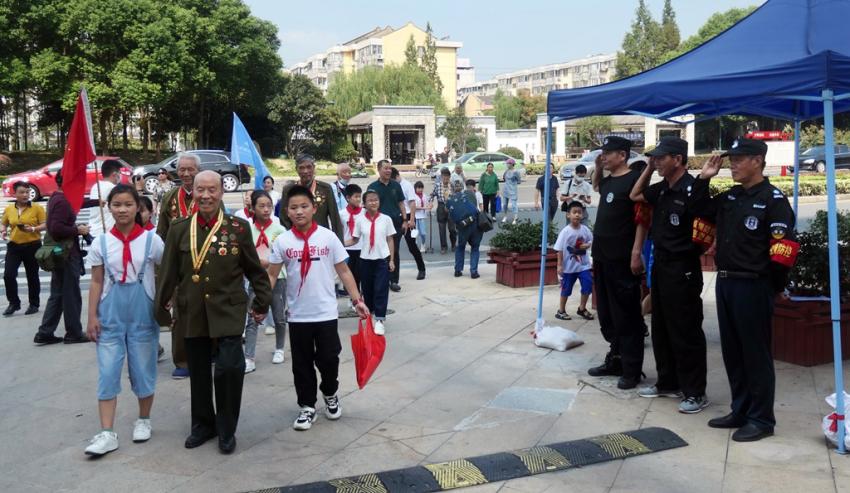 2.再来到名仕家园爱国主义教育长廊参观抗战老兵图片 (4).JPG