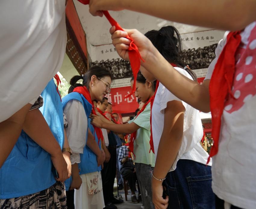 5.少先队员向常州爱心人士戴红领巾。. (2).JPG