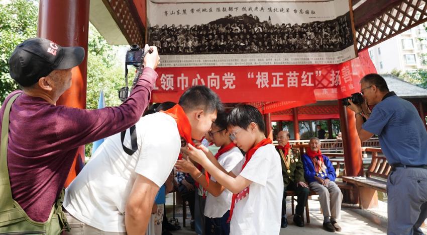 5.少先队员向常州爱心人士戴红领巾。. (3).JPG
