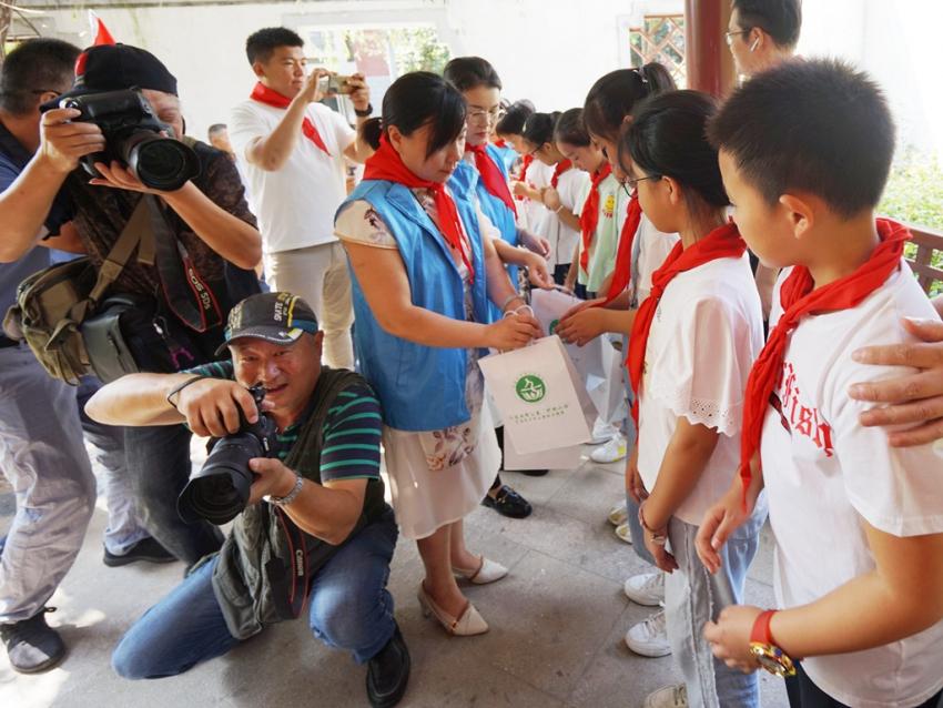 10.爱心人士向同学们赠送了护眼礼品,孩子们享受着社会人士的种种关爱m. (1).JPG